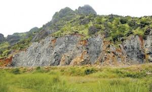 பாறைகள் உடைக்கப்பட்டதால் உருக்குலைந்துள்ள மலையின் தோற்றம். Courtesy: Hindu
